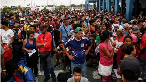Venezolanos esperando para realizar trâmites migratórios