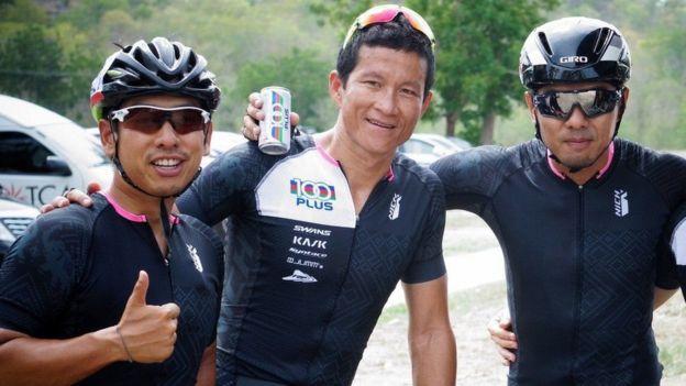 Hạ sỹ Saman Kunan (giữa) - người thích đua xe đạp - đã bất tỉnh trong khi đang lặn để giải cứu các em thiếu niên