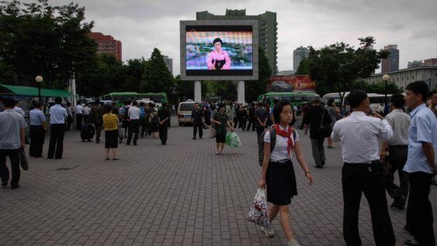 Telão em Pyongyang com noticiário sobre encontro entre Kim e Trump