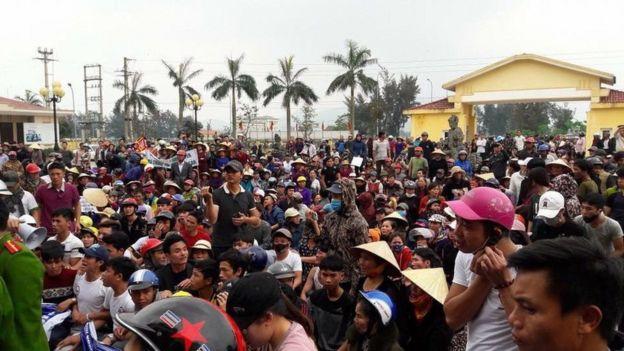 Bạch Hồng Quyền (áo xám, mũ xám) cùng người dân biểu tình đòi bồi thường thảm họa Formosa tại UBND huyện Lộc Hà hôm 3/4/2017