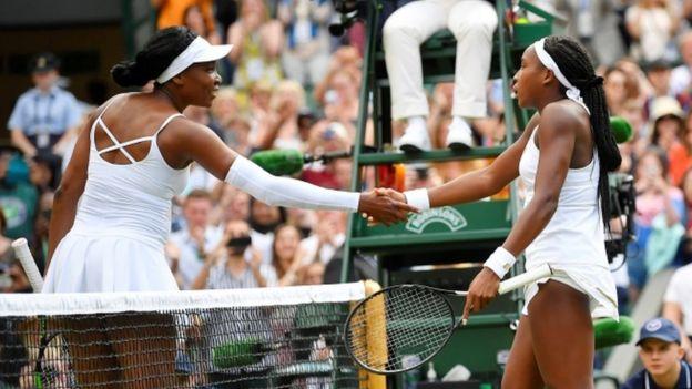 Cori Gauff se saluda con Venus William tras el partido en Wimbledon.