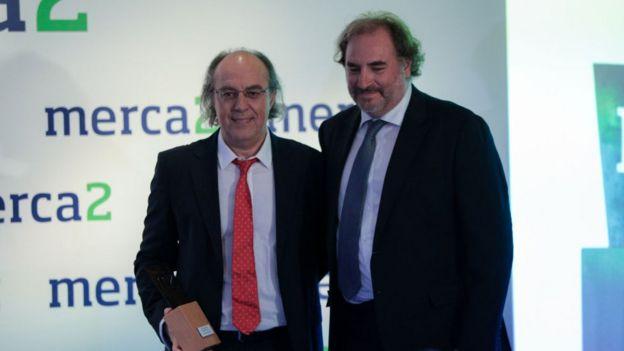 José Ignacio Latorre recibiendo el premio de Investigación y Ciencia del periódico digital Merca2 en 2019.