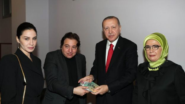 Fazıl Say da kuliste Erdoğan'a kendi albümünün imzalı kopyasını hediye etti.