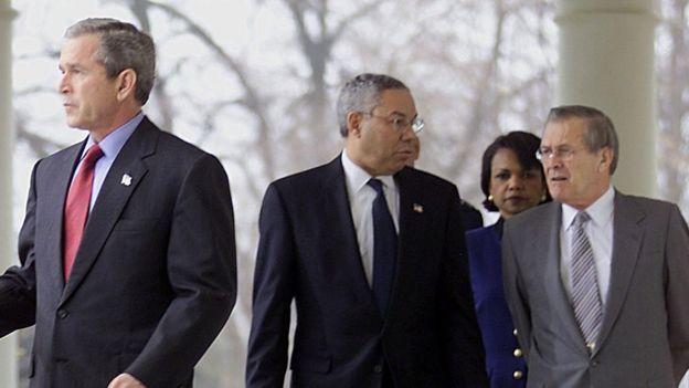 Bush e seus secretários Powell e Rumsfeld em 2001