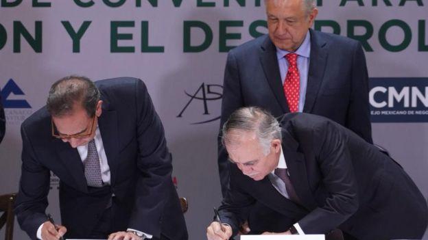 Andrés Manuel López Obrador con dos miembros del Consejo Mexicano de Negocios