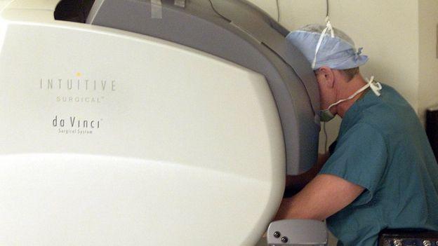 Médico utilizando el sistema da Vinci de Intuitive Surgical
