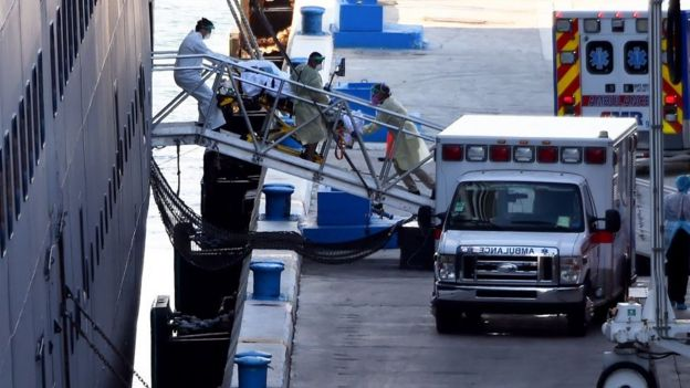 Un passeggero portato su una barella dalla nave da crociera Zaandam a Fort Lauderdale