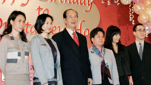 何鴻燊與二房子女在85歲壽宴上(20/11/2006)