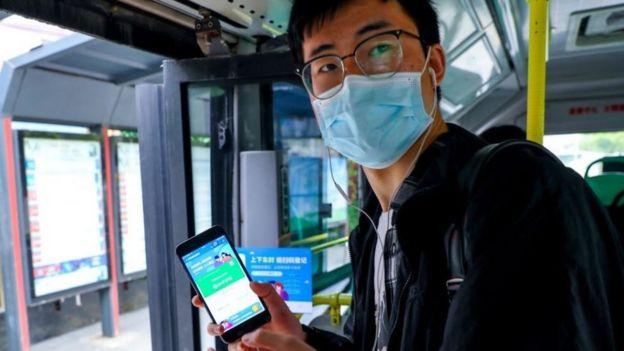 Una aplicación confirma si un ciudadano está saludable para viajar.