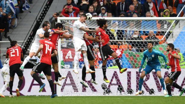 Jose Gimenez marquant le but de la victoire pour l'Uruguay face à l'Egypte.