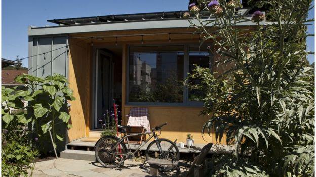 Casa em Seattle, parte de iniciativa que oferece incentivos para que proprietários abriguem sem-teto no quintal de casa, nos EUA