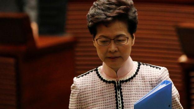 林郑月娥在民主派议员抗议声中步出香港立法会会议厅(16/10/2019)