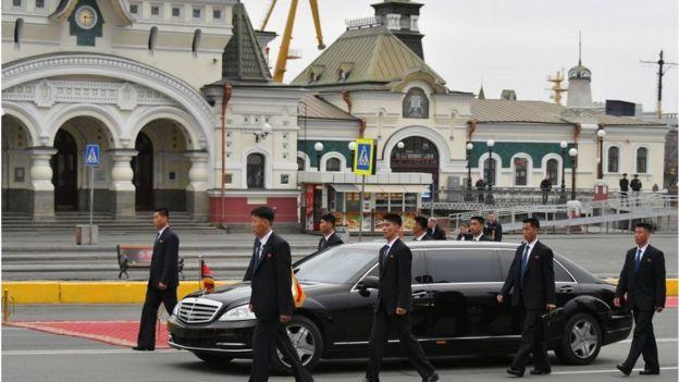 الزعيم الكوري الشمالي يستقل سيارته في روسيا وكعادته يسير حراسة الشخصيون جوار سيارته Getty Images