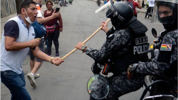 hombre pelea con un policía