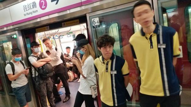 港铁元朗站示威者挡住往市区列车阻止关门(BBC中文图片5/8/2019)