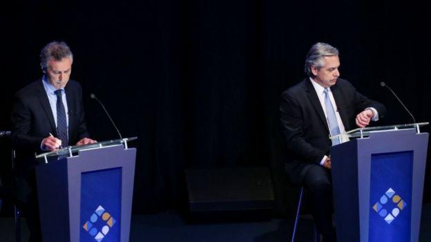 O presidente Mauricio Macri e seu rival nas urnas, Alberto Fernández, em debate