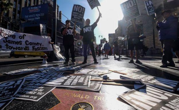 Protestas frente a la estrella de Trump.