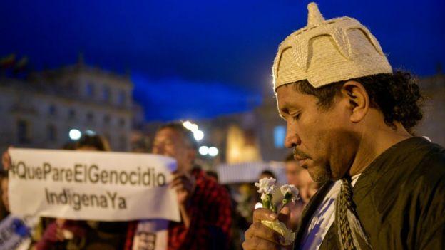 Hombre en concentracion por las cinco víctimas en la masacre de Tacueyo.