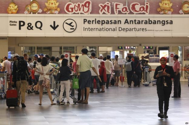 Pasajeros en el Aeropuerto Internacional de Sepang en Kuala Lumpur