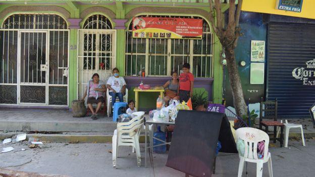 Habitantes de Juchitán en la calle.