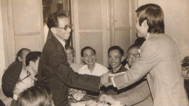 Tác giả Ba Sàm Nguyễn Hữu Vinh (bìa phải) cùng Thứ trưởng thường trực Bộ Nội vụ (nay là Bộ Công an) Trần Đông, tháng 3/1983
