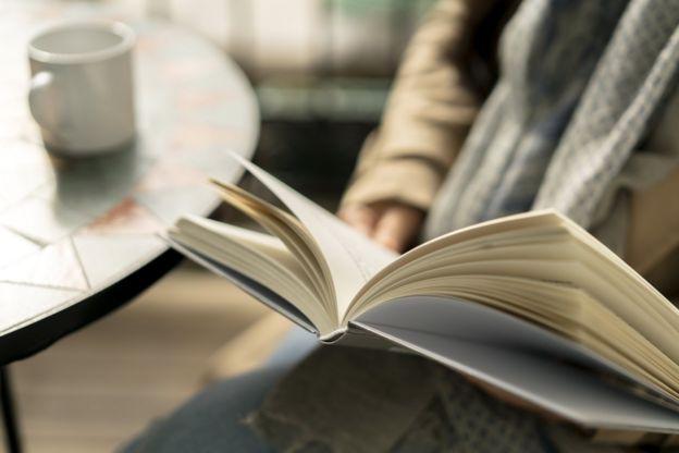 فتاة تقرأ في الكتب