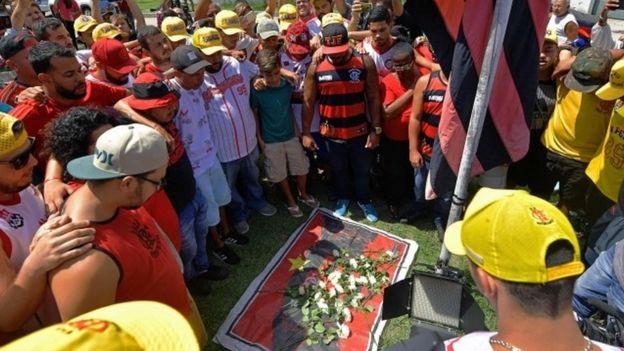Seguidores del Flamengo homenajearon a los fallecidos en el incendio.