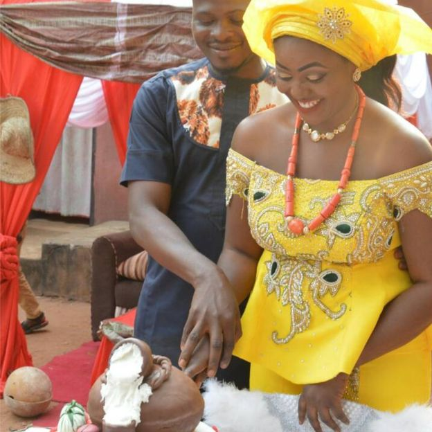 La pareja cortando su torta. Foto: Chidimma Amedu.