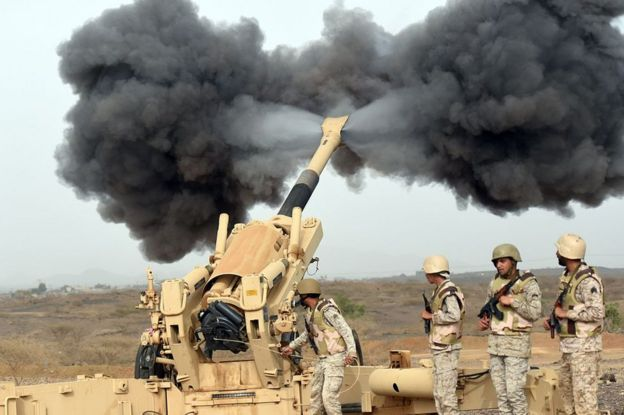 Saudi army artillery fire shells towards Yemen from a post close to the Saudi-Yemeni border (13 April 2015)