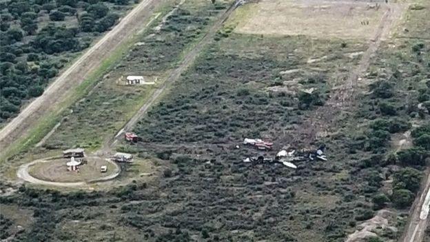 El avión cayó en la pista y se arrastró a un terreno aledaño.