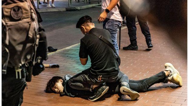 一名黑衣年輕人被制服。