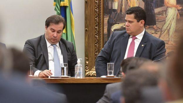 Os presidentes da Câmara dos Deputados, Rodrigo Maia, e do Senado, Davi Alcolumbre, sentados a mesa durante reunião