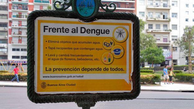 Cartel en Argentina con medidas de prevención de dengue.