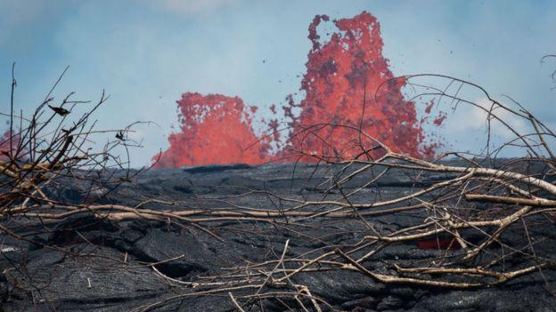 Lava del volcán Kilauea produce inusual espectáculo azul