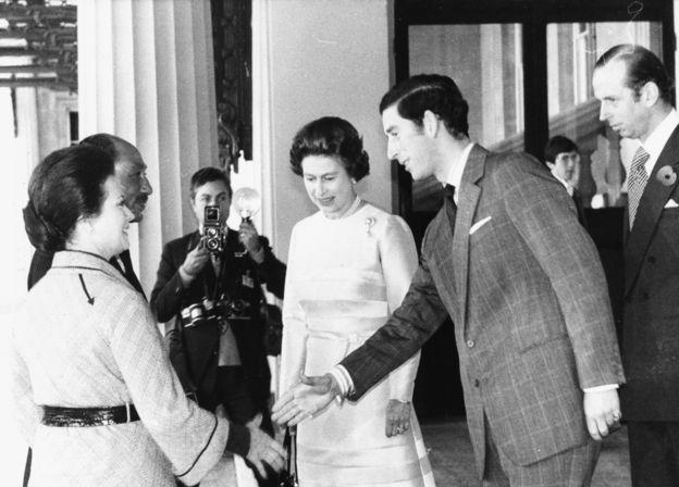 الملكة إليزابيث والأمير تشارلز يستقبلان الرئيس السادات وقرينته جيهان خلال زيارتهما لبريطانيا في عام