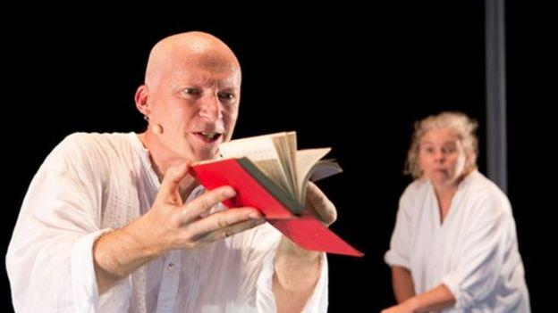 Du Sautoy en el escenario en su obra de teatro