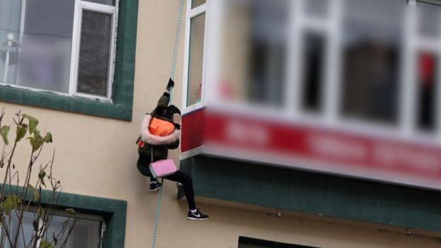 2018년 10월 중국의 한 아파트에서 탈북 여성이 탈출을 시도하고 있다