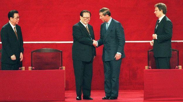 Jiang Zemin y el príncipe Carlos de Inglaterra.