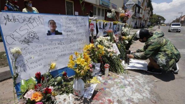 Un altar para un fallecido por las protestas en Bogotá