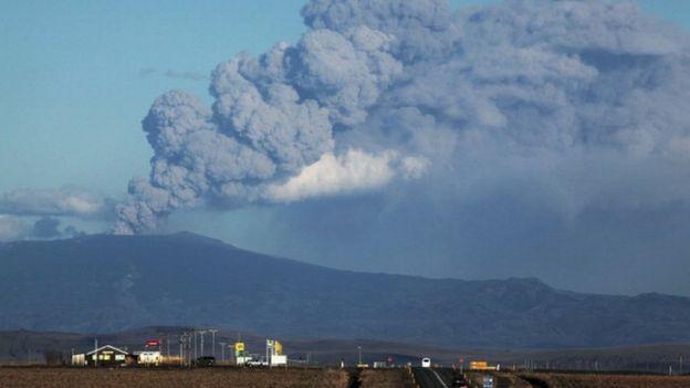 سال ۲۰۱۰ میلادی، فوران آتشفشانی ایافیالایکول در ایسلند، خاکستر را تا کیلومترها دورتر در آسمان پخش کرد و حملونقل هوایی اروپا را به تعطیلی کشاند