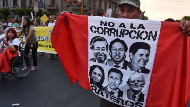 Protesta en Perú contra antiguos y presentes líderes políticos