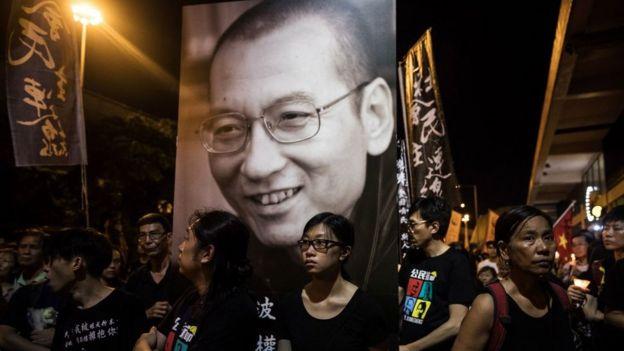 La gente asiste a una marcha por el difunto premio Nobel chino Liu Xiaobo en Hong Kong el 15 de julio de 2017.