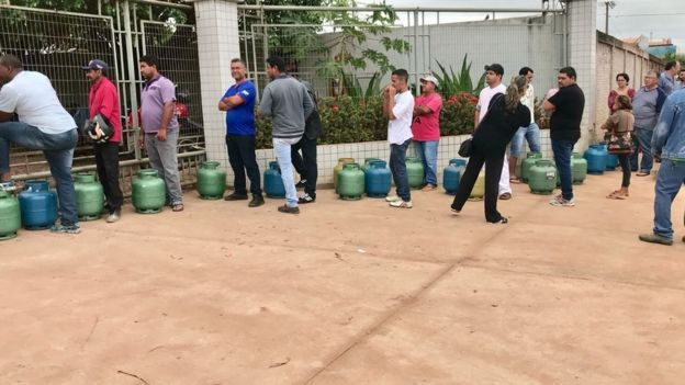 Fila de consumidores com botijões de gás, para trocar botijão vazio por outro cheio, em Várzea Grande (MT), região metropolitana de Cuiabá. Foto: Alan Rener Tavares