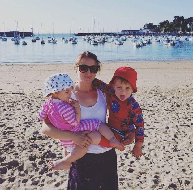 Ellie Finch Hulme com os dois filhos, Sophie e Charlie