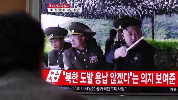 7月29日,韩国首尔市民观看关于朝鲜导弹发射的新闻报道。