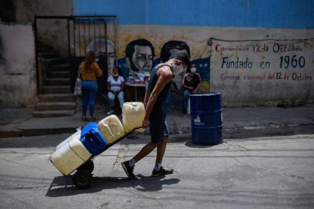 homem transportando agua