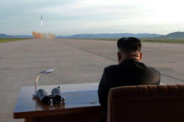 Nhà lãnh đạo Bắc Hàn Kim-jong Un theo dõi một vụ bắn thử tên lửa