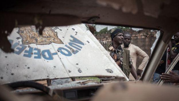 Боевики возле автомобиля