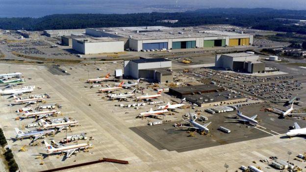 يتم نقل الطائرات المكتملة عبر جسر من المصنع باتجاه أحد المطارات القريبة