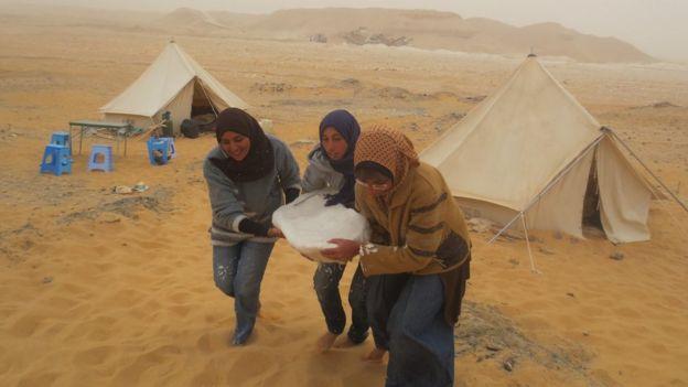 طالبات في موقع الاكتشاف